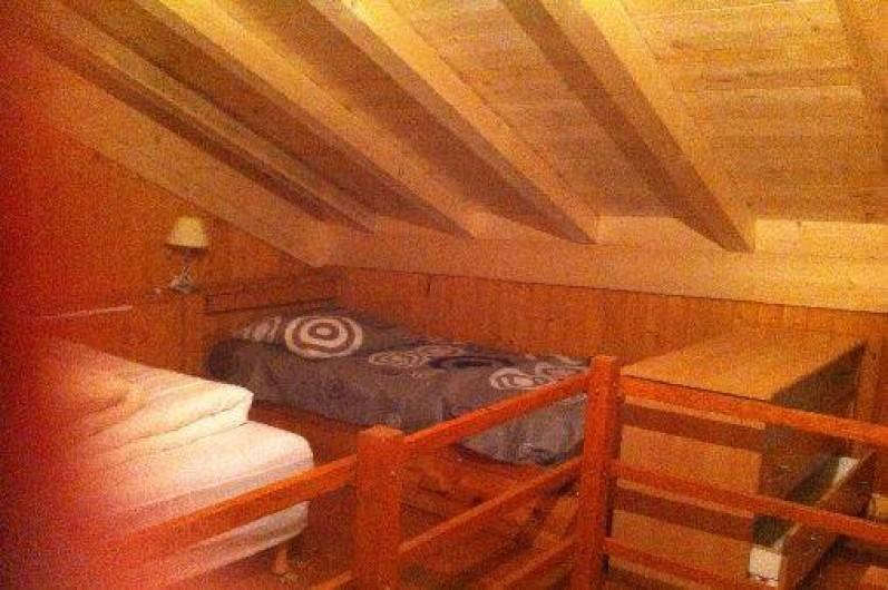 Location de vacances - Chalet à Taninges - chambre contenant 2 lit de 1 personne et un lit double