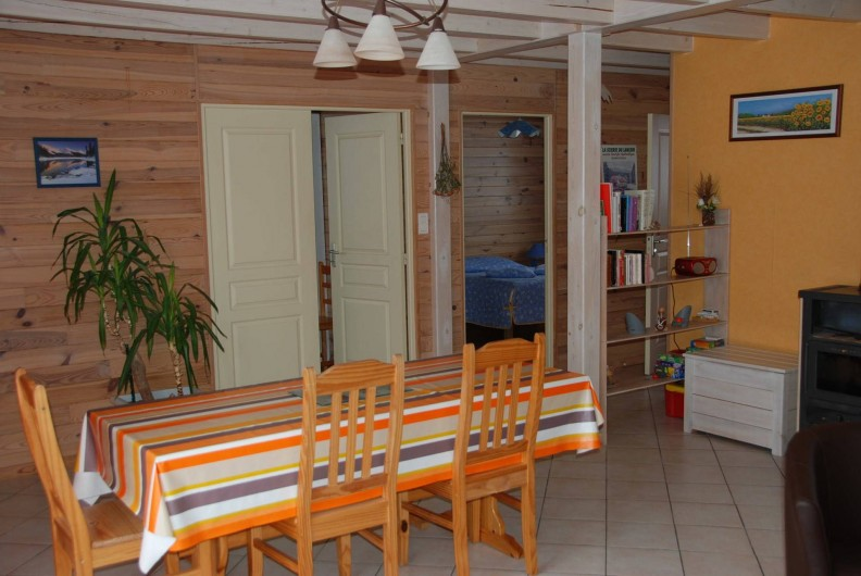 Location de vacances - Chalet à Saint-Léonard - Coin repas, avec aperçu des 2 chambres