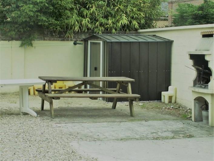 Location de vacances - Gîte à Saint-Aubin-sur-Mer - cour avec barbecue et salon de jardin