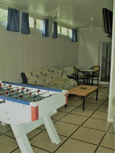 Location de vacances - Gîte à Saint-Aubin-sur-Mer - salon avec billard baby foot et tv
