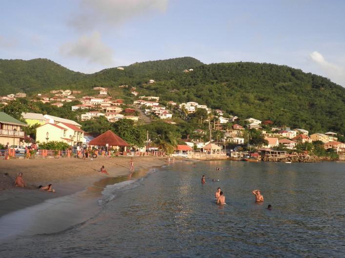 Location de vacances - Appartement à Les Anses-d'Arlet - La  Résidence Batterie (bâtiments jaunes tout à droite) vue du bourg