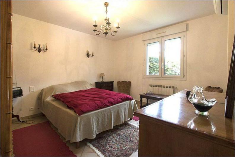 Location de vacances - Gîte à Millau - Chambre 1 lit double avec salle de bain et WC indépendants.