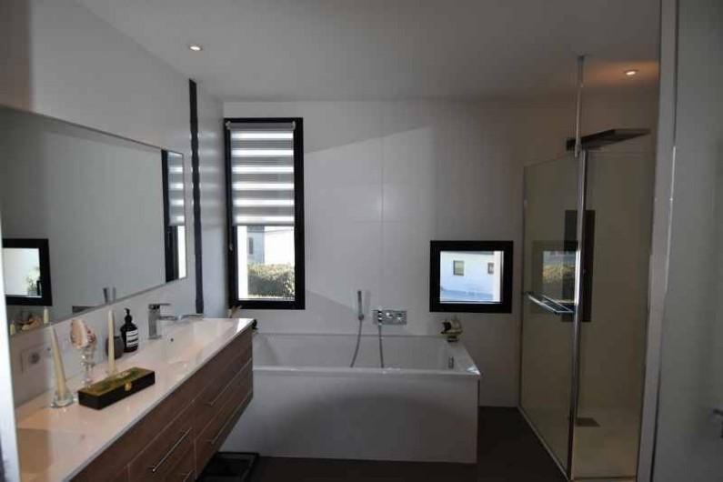 Location de vacances - Villa à Audierne - Salle de bain avec une baignoire et une douche à jets.