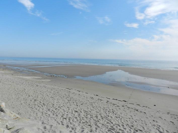 Location de vacances - Gîte à Plouhinec - Grande plage de sable fin à 500 m du gite avec l'océan