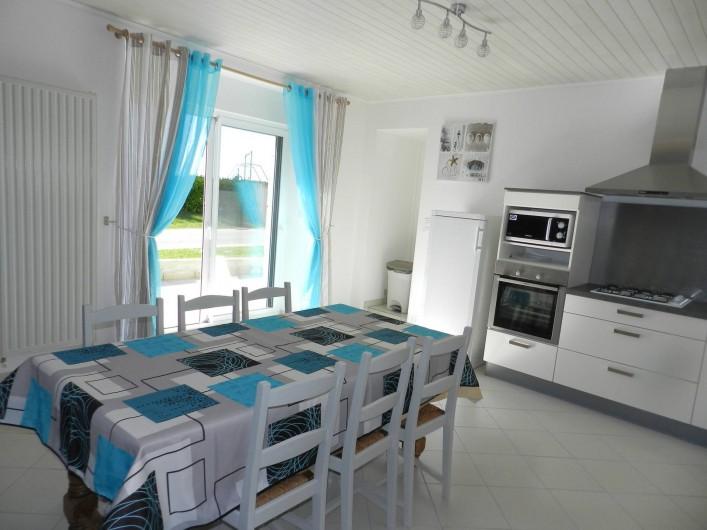 Location de vacances - Gîte à Plouhinec - Coin repas avec accès terrasse coté sud