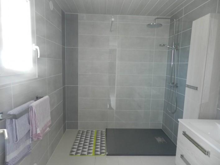Location de vacances - Gîte à Plouhinec - Grande salle d'eau avec douche  et double vasque