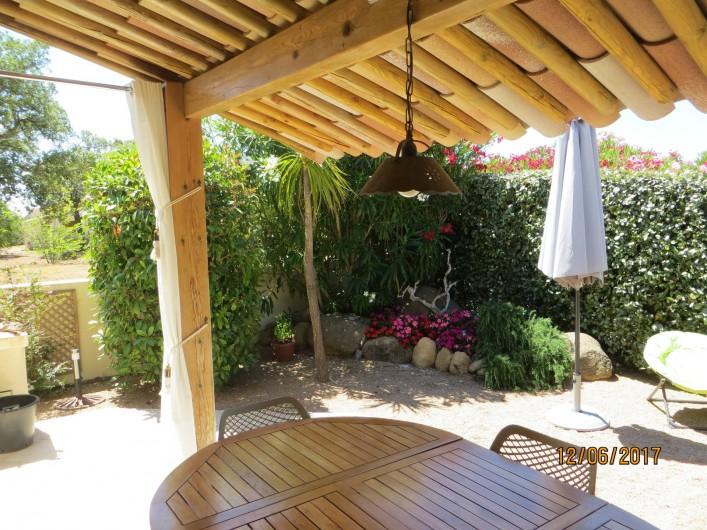 Location de vacances - Villa à San-Gavino-Di-Carbini - la terrasse couverte à l'avant de la maison