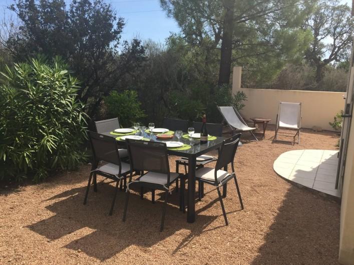 Location de vacances - Villa à San-Gavino-Di-Carbini - Le jardin aménagé à l'arrière de la maison avec vue sur le maquis