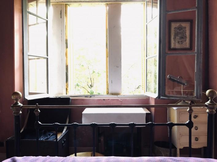 Location de vacances - Maison - Villa à Ajaccio - Chambre rose, bureau sous fenêtre