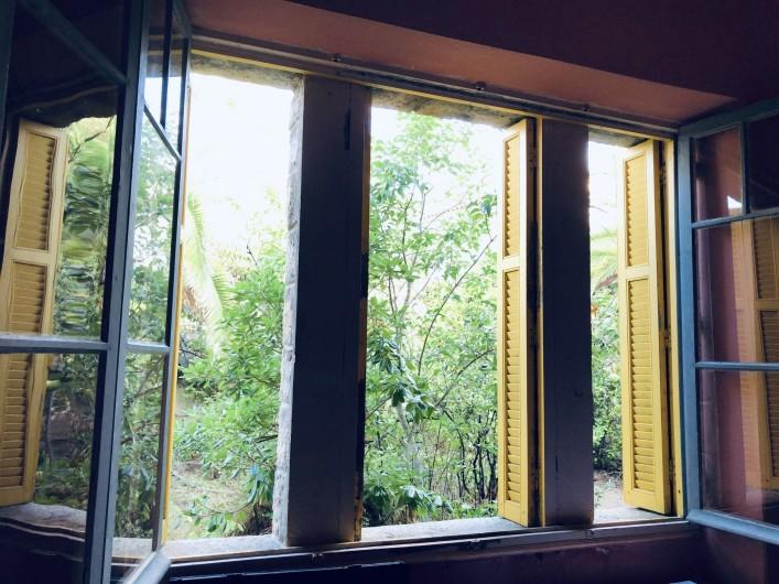 Location de vacances - Maison - Villa à Ajaccio - Chambre rose, la fenêtre donne sur le jardin
