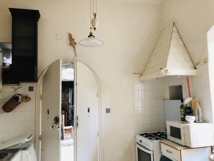 Location de vacances - Maison - Villa à Ajaccio - Cuisine porte sur l'arrière