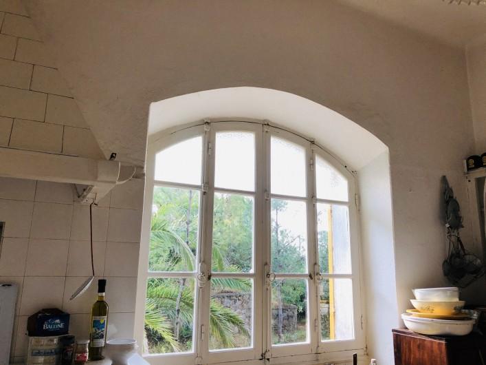 Location de vacances - Maison - Villa à Ajaccio - Cuisine, fenêtre sur jardin