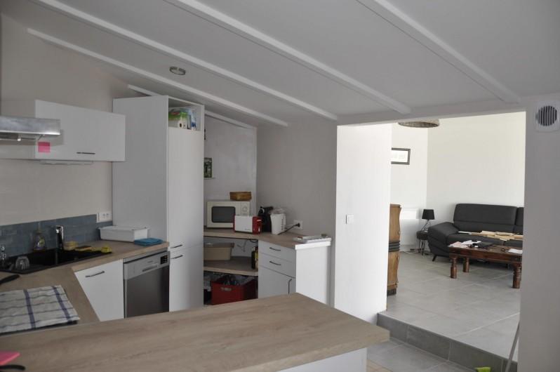 Location de vacances - Villa à Les Sables-d'Olonne - Cuisine avec salon au fond