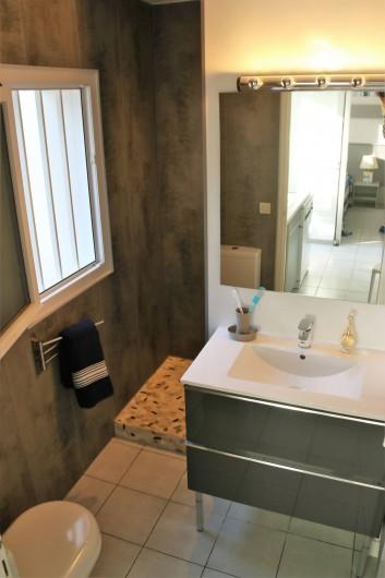 Location de vacances - Maison - Villa à Sainte-Marie-de-Ré - Lavabo et douche à l'italienne..