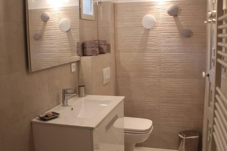 Location de vacances - Villa à Porto-Vecchio - salle de bain pour la chambre du bas