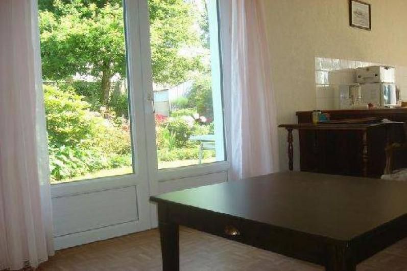 Location de vacances - Gîte à Lanhouarneau - LE SALON DONNANT SUR LE JARDIN PAR LA PORTE FENETRE