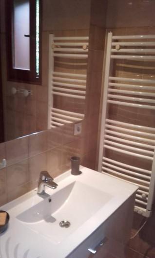 Location de vacances - Appartement à Le Grand-Bornand - salle de douche avec sèche serviette