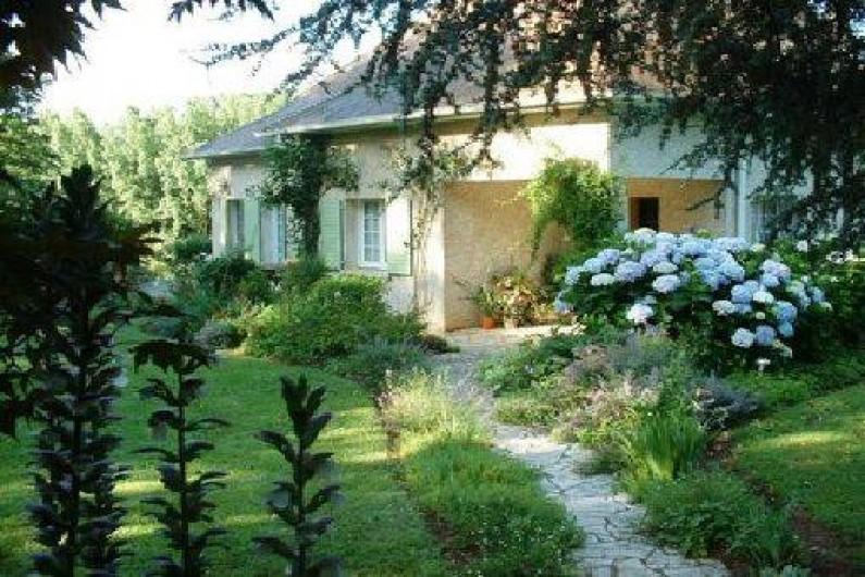 Location de vacances - Chambre d'hôtes à Habas - Façade principale de la maison avec chemin d'accès aux chambres d'hôtes.