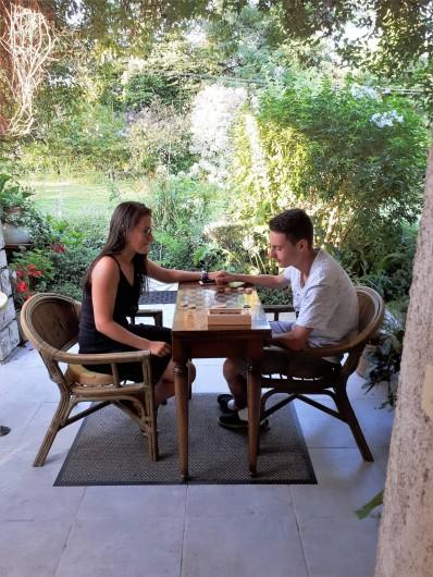 Location de vacances - Chambre d'hôtes à Habas - Il fait très chaud :  jeu  de dames ou d'échecs à l'ombre sur la terrasse.