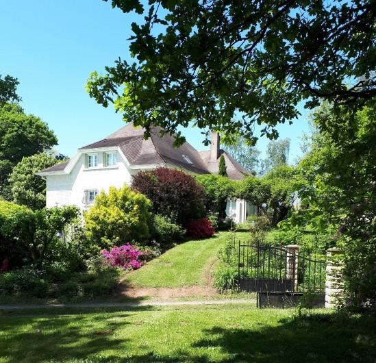 Location de vacances - Chambre d'hôtes à Habas - Façade sud, côté piscine cachée derrière les arbustes.