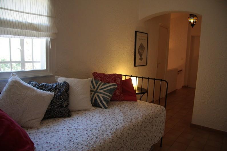 Location de vacances - Villa à Sainte-Maxime - Couloir 1er étage avec lit d'appoint