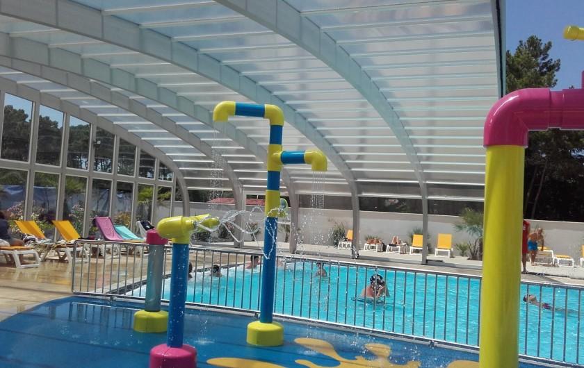 Location de vacances - Camping à Saint-Jean-de-Monts - piscine couverte avec jet d'eau et balnéo