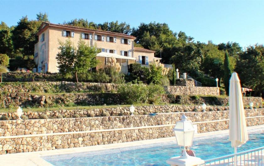 Location de vacances - Chambre d'hôtes à Grasse - Le mas vue de la piscine.