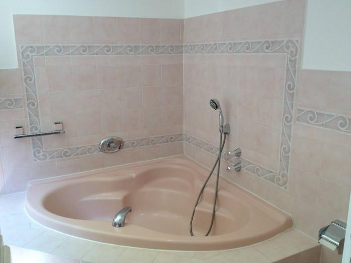 Location de vacances - Chambre d'hôtes à Grasse - La salle de bain de la chambre des roses.