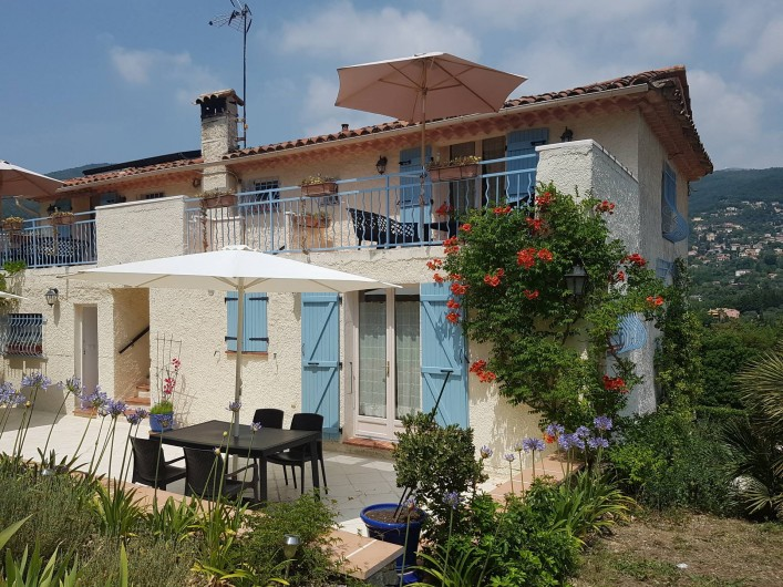 Location de vacances - Chambre d'hôtes à Grasse - la terrasse de la suite des olivier.