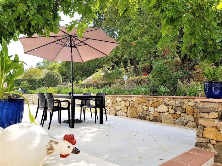 Location de vacances - Chambre d'hôtes à Grasse - La terrasse de la chambre des roses.