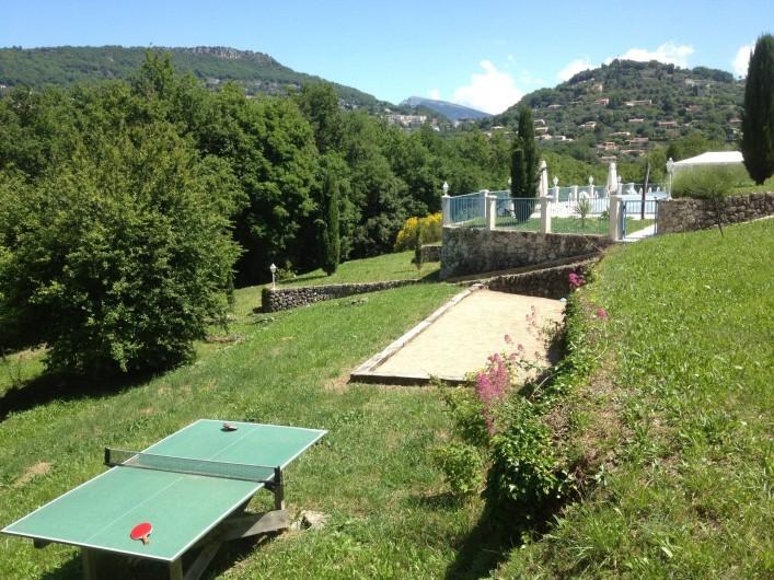 Location de vacances - Chambre d'hôtes à Grasse - Le terrain de pétanque et la table de ping-pong.