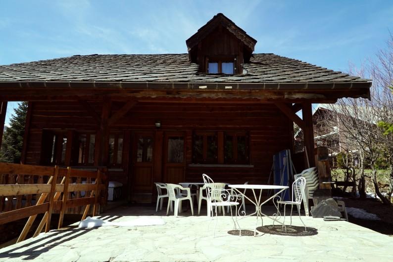 Location de vacances - Chalet à Les Deux Alpes - terrasse vue jardin