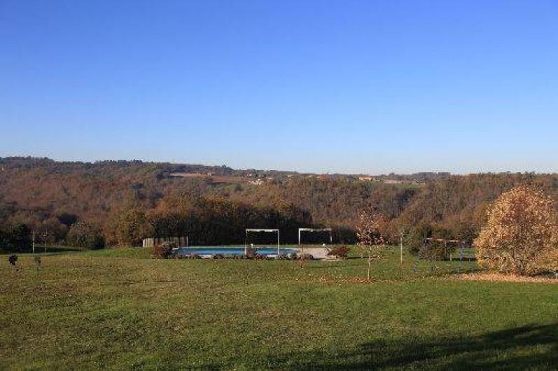 Location de vacances - Gîte à Saint-Amand-de-Coly - la piscine dans son environnement