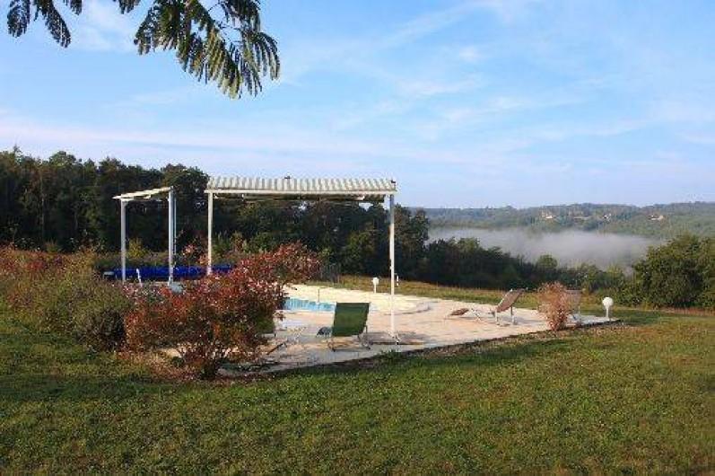 Location de vacances - Gîte à Saint-Amand-de-Coly - la piscine avec vue panoramique sur la campagne