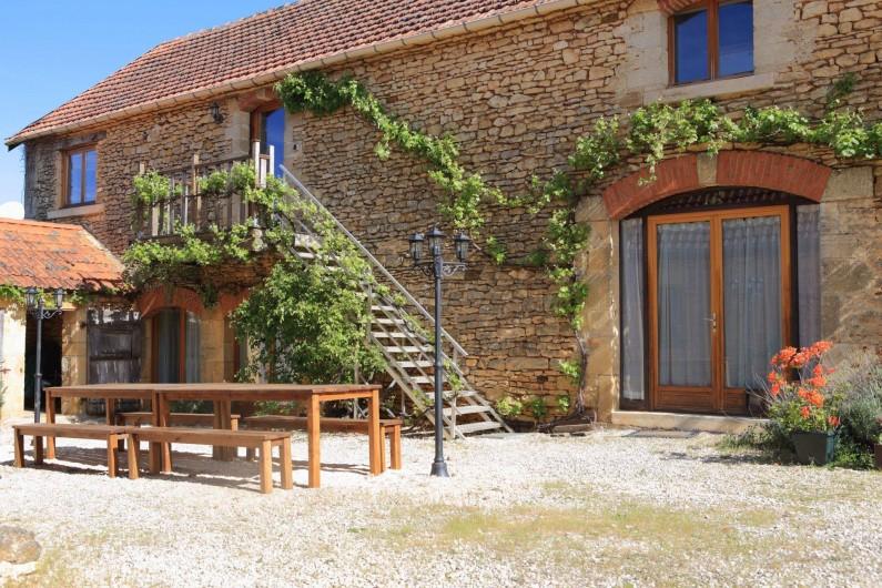 Location de vacances - Gîte à Saint-Amand-de-Coly - le gîte - tables et éclairage pour les repas nocturnes !