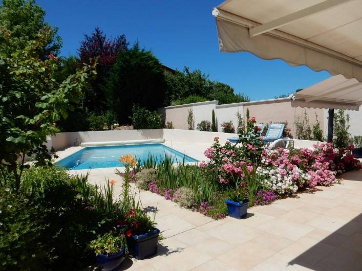 Location de vacances - Villa à Caluire-et-Cuire - le jardin et la piscine vus de la terrasse