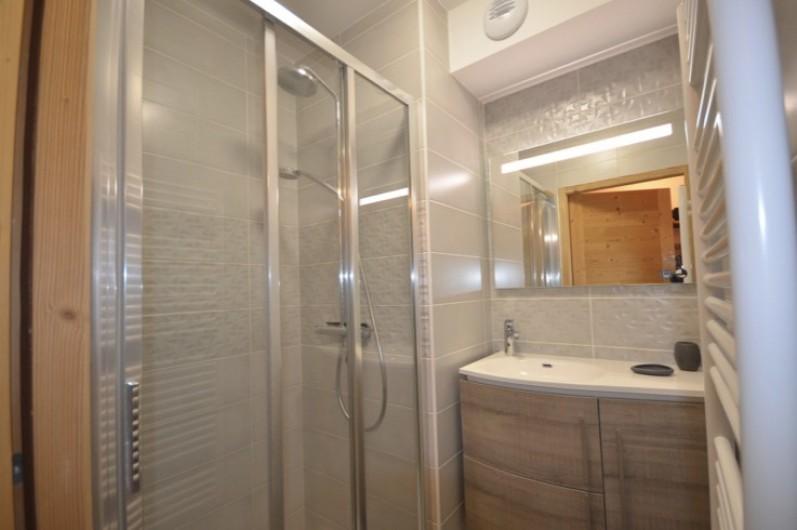 Location de vacances - Appartement à Les Gets - Salle de bain parents
