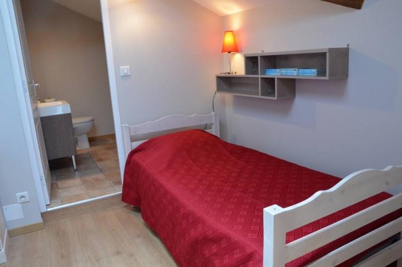 Location de vacances - Chambre d'hôtes à Auty - Coin toilette et lavabos pour la petite chambre contigu de la chambre familiale