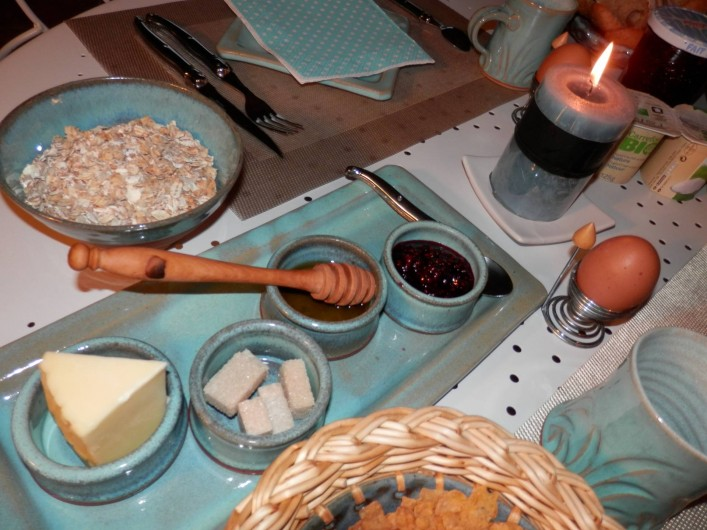Location de vacances - Chambre d'hôtes à Faycelles - Le service de table, créé par une céramiste.