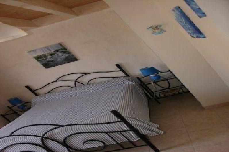 Location de vacances - Gîte à Tréflez - chambre du bas avec salle d'eau attenante