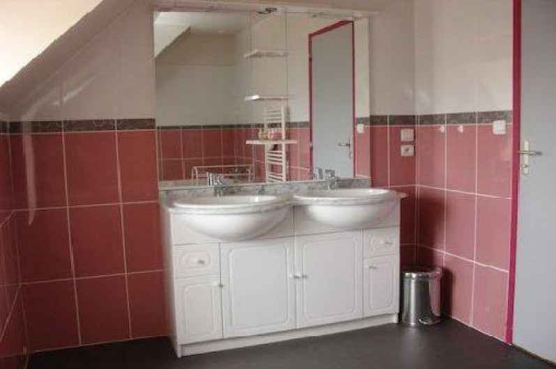Location de vacances - Gîte à Tréflez - salle de bain,baignoire avec 2 vasques + wc