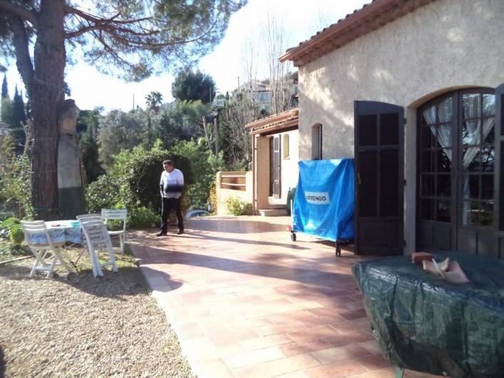 Location de vacances - Villa à Mandelieu-la-Napoule - la terrasse devant piscine l'hiver