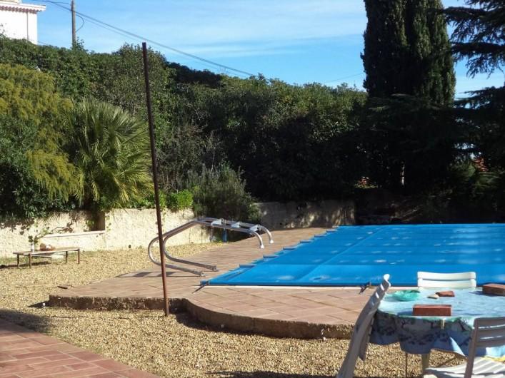 Location de vacances - Villa à Mandelieu-la-Napoule - la piscine de plein pieds devant séjour et cuisine l'hiver