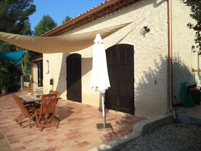 Location de vacances - Villa à Mandelieu-la-Napoule - terrasse l'été