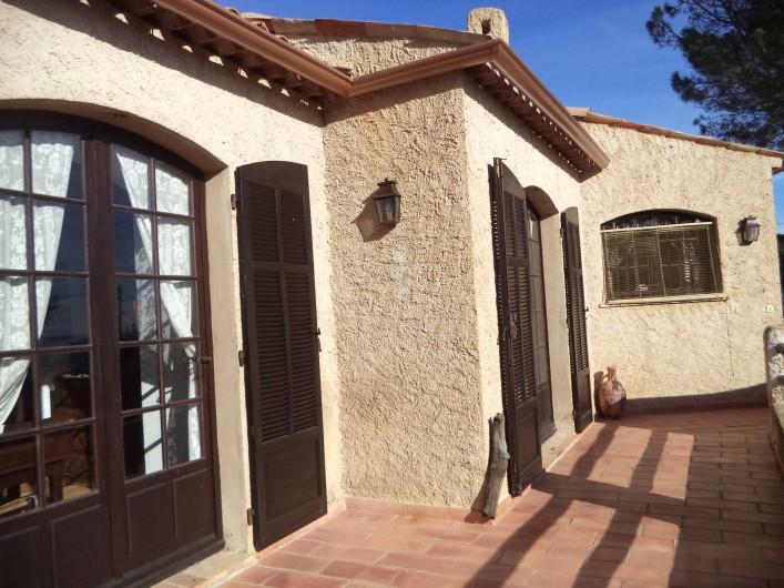 Location de vacances - Villa à Mandelieu-la-Napoule - la terrasse devant les chambres