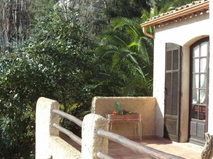 Location de vacances - Villa à Mandelieu-la-Napoule - terrasse devant les chambres