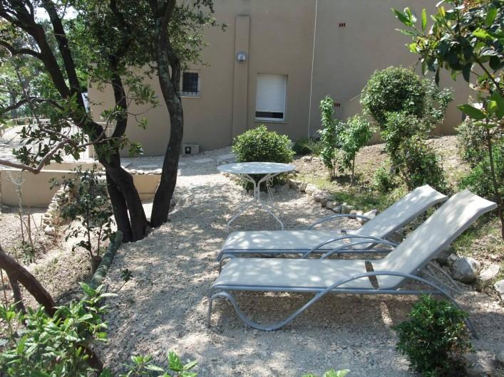 Location de vacances - Appartement à Villeneuve-lès-Avignon - Le jardin privatif où donne la chambre (voir fenêtre)