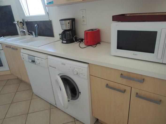 Location de vacances - Appartement à Villeneuve-lès-Avignon - La cuisine et son équipement...(four micro ondes)