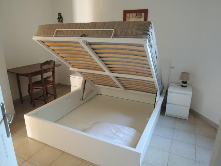 Location de vacances - Appartement à Villeneuve-lès-Avignon - Le lit et ses rangements