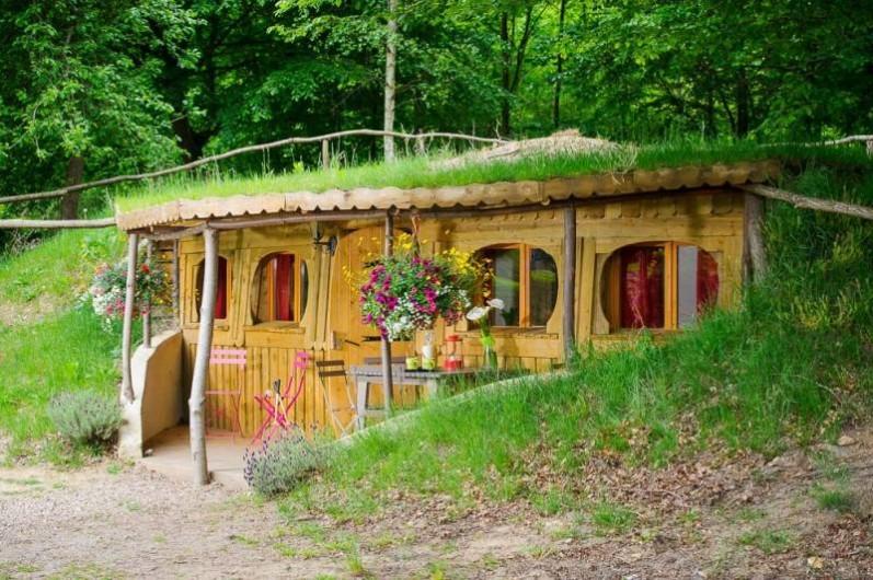 H bergement insolite camping le coeur de la for t for Construire une maison de hobbit